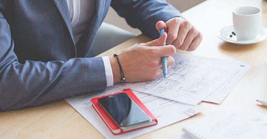 Spotkanie biznesowe przy ustalaniu projektu biurowca